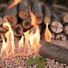 Allumer un feu avec du bois compressé